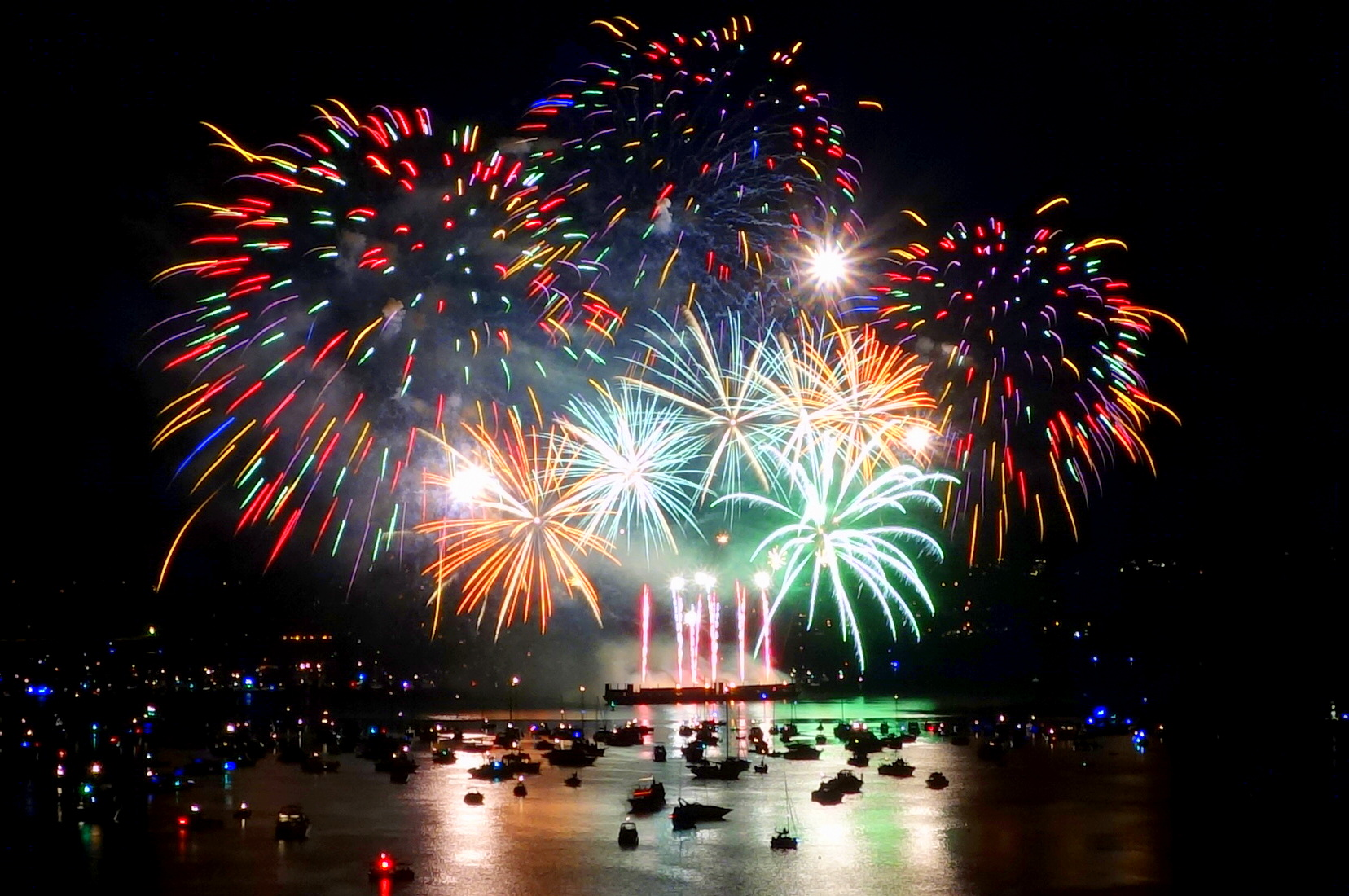 Canada's_fireworks_at_the_2013_Celebration_of_Light_in_Vancouver,_BC